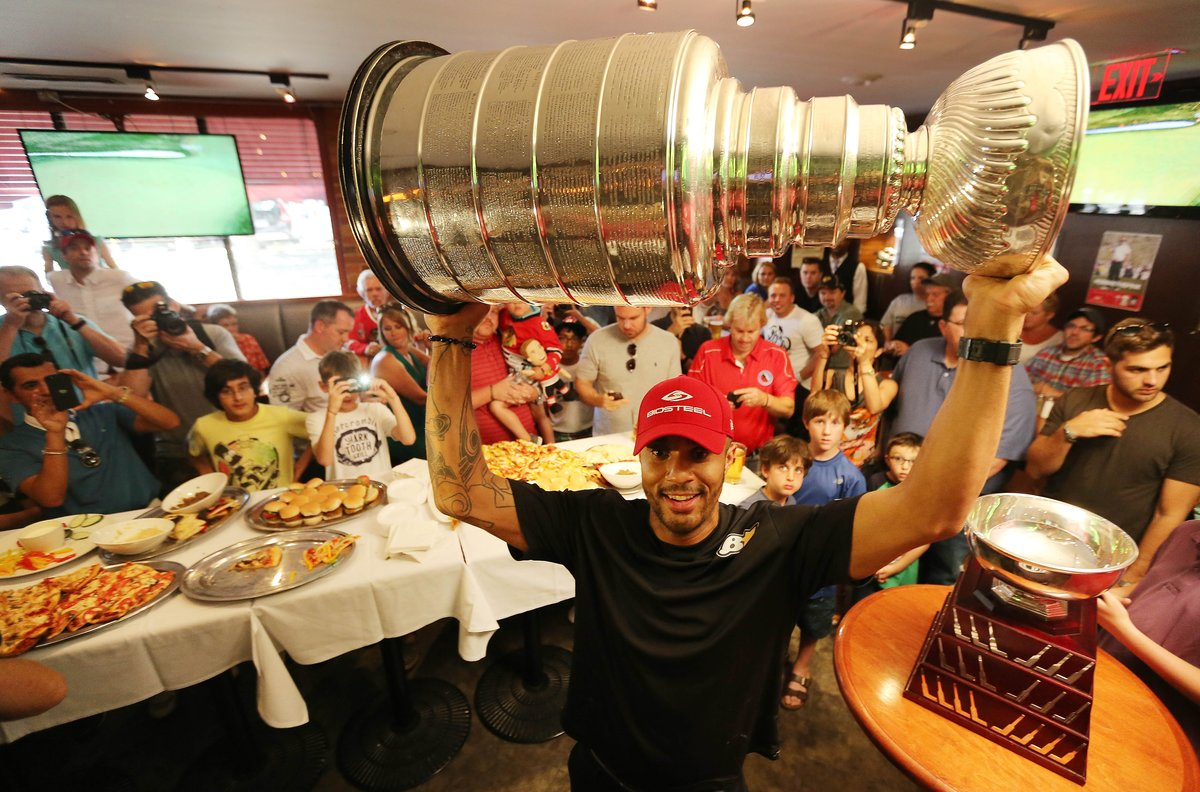 Ray Emery Brings Stanley Cup to Wayne Gretzky's
