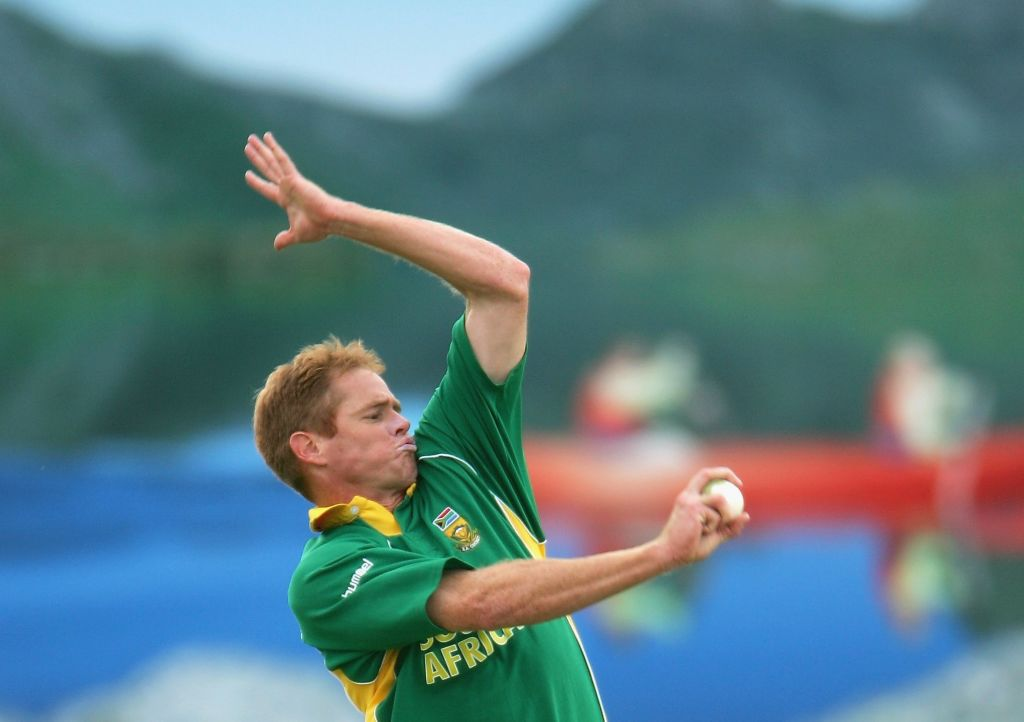 Shaun Pollock bowls during Game Twelve of the VB Series between South Africa and Sri Lanka