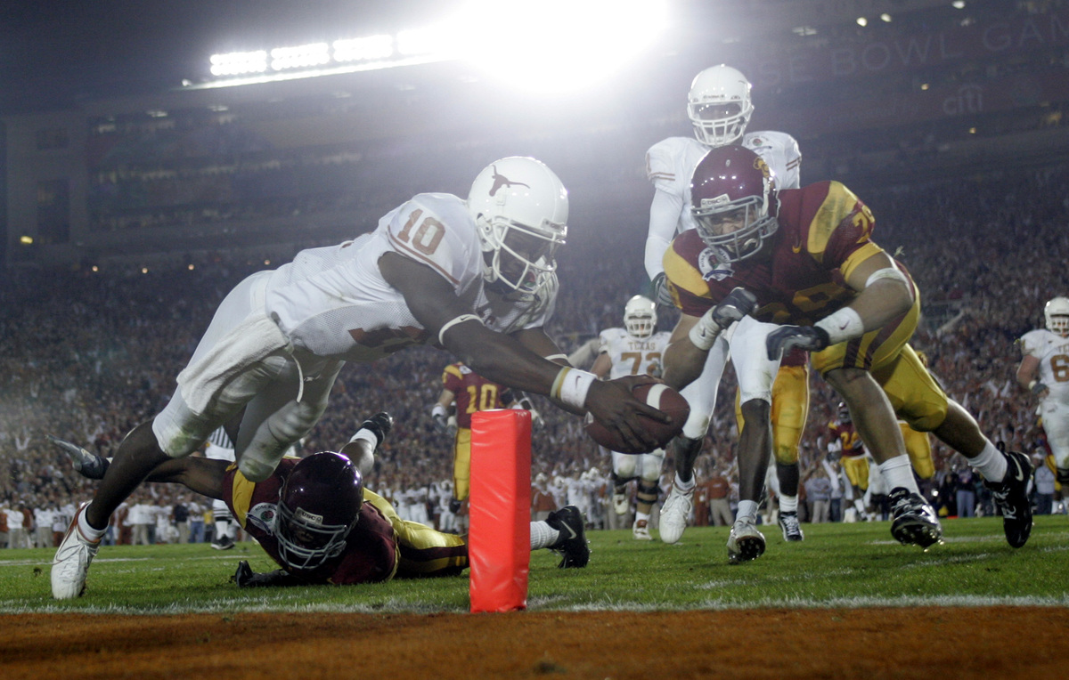 Texas Longhorn quarterback Vince Young scores a touch down in the third quarter against USC at the
