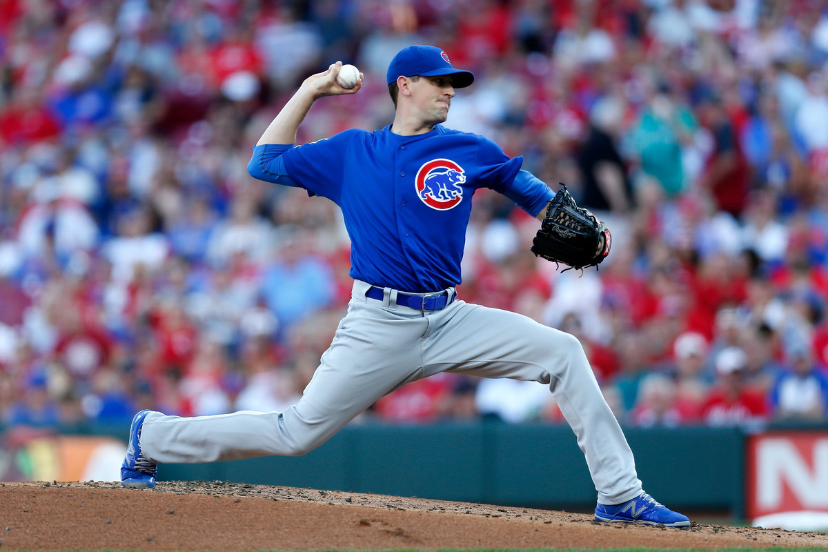 Kyle Hendricks #28 of the Chicago Cubs pitches during the game against the Cincinnati Reds, 2019