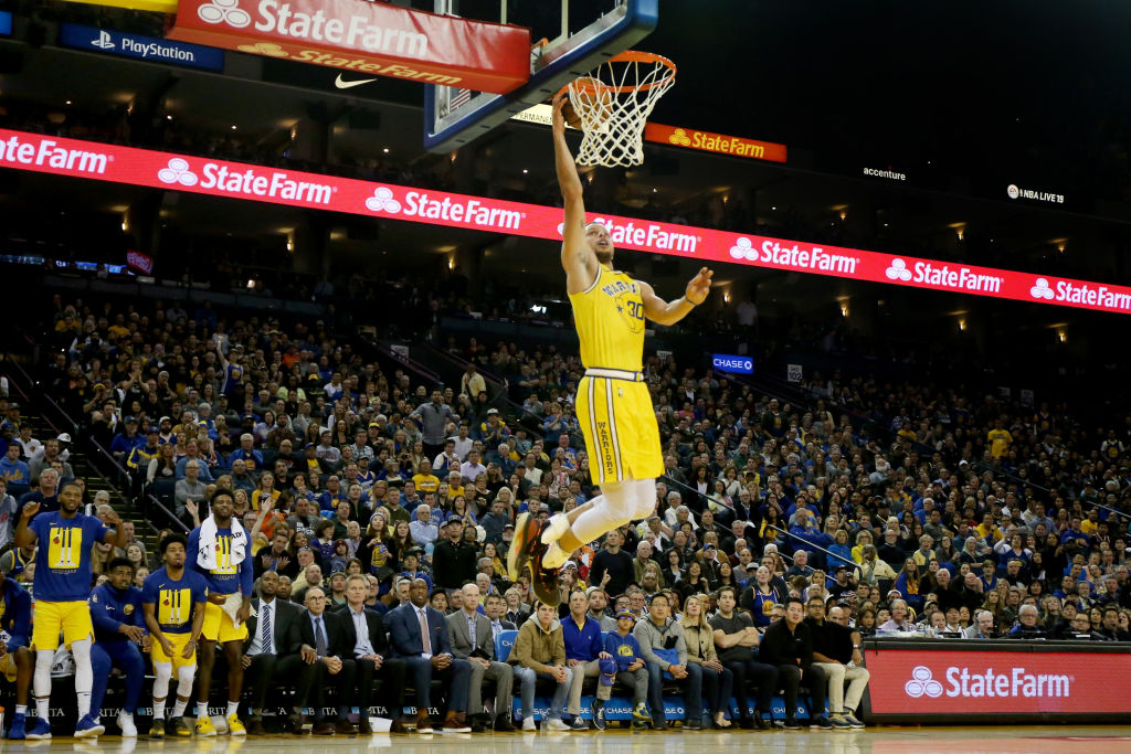 stephen curry going up for a slam dunk