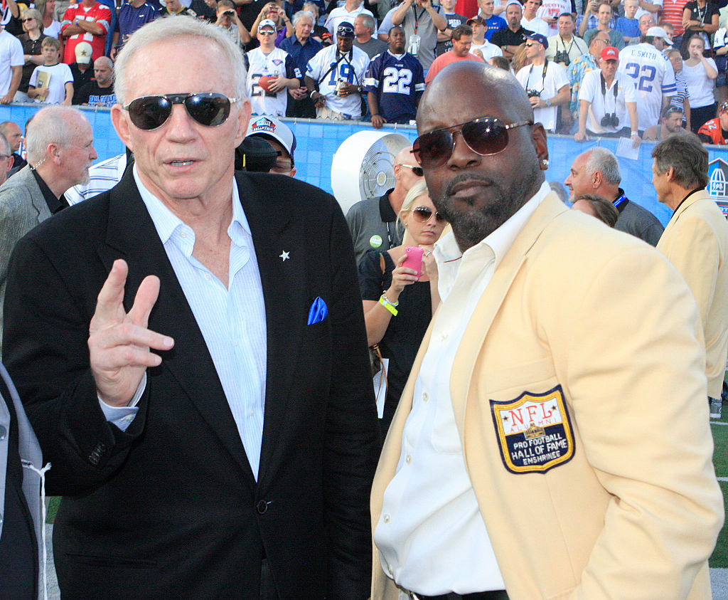 emmitt smith standing with jerry jones during his hall of fame induction