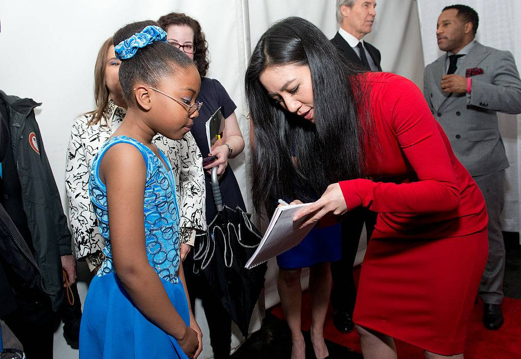 michelle kwan gives an autograph