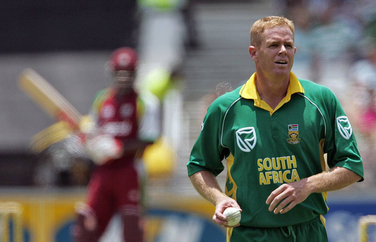 Shaun Pollock prepares to bowl for his last delivery.