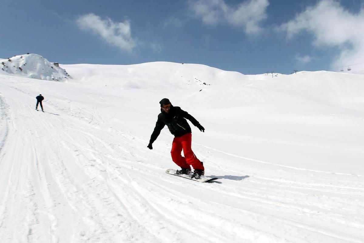 Snowboarding downhill