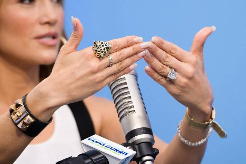 jennifer lopez shows off her engagement ring