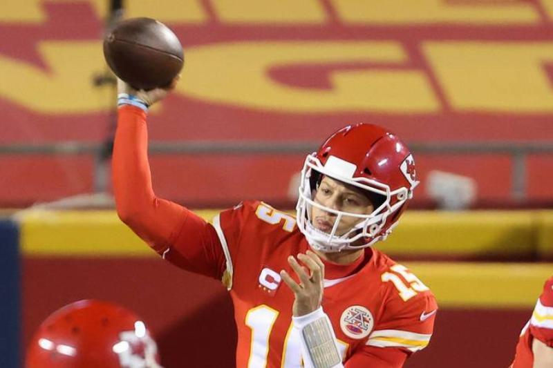 patrick mahomes throwing the ball
