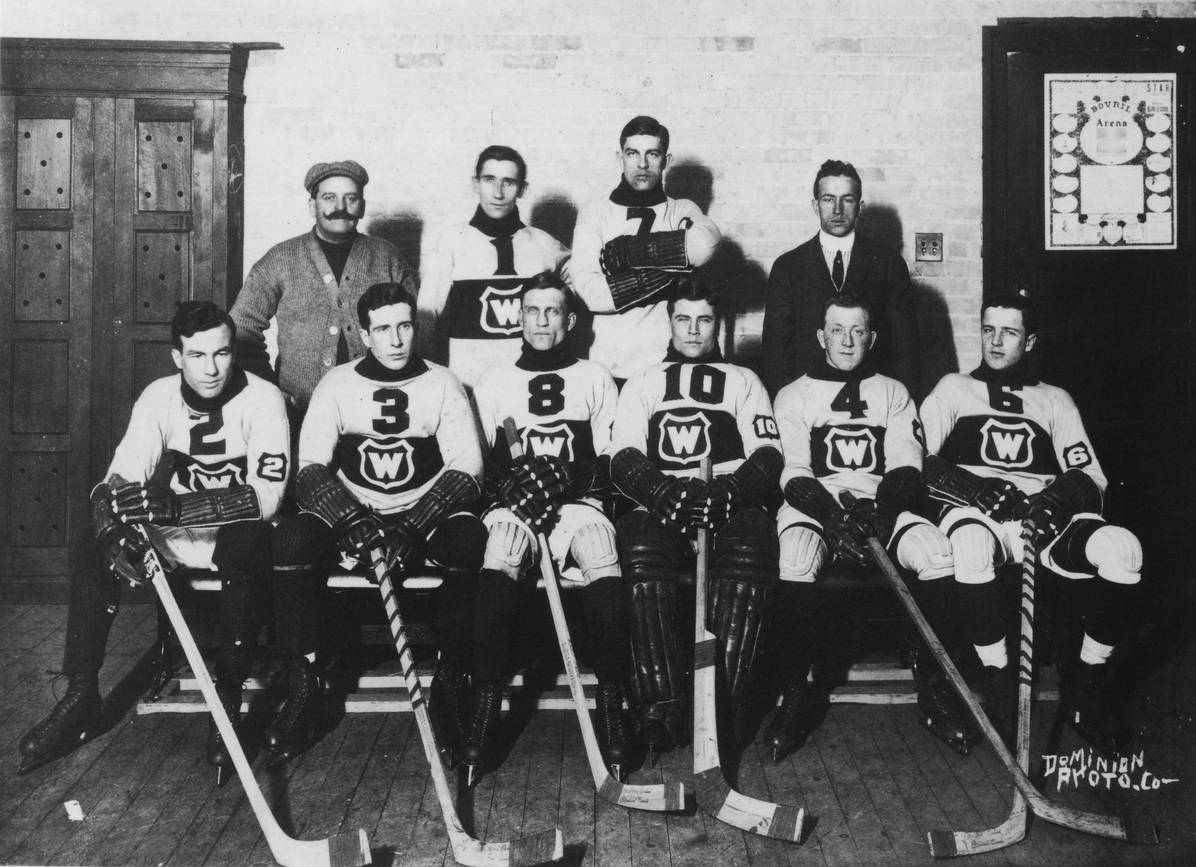 The Montreal Wanderers pose for a team photo.